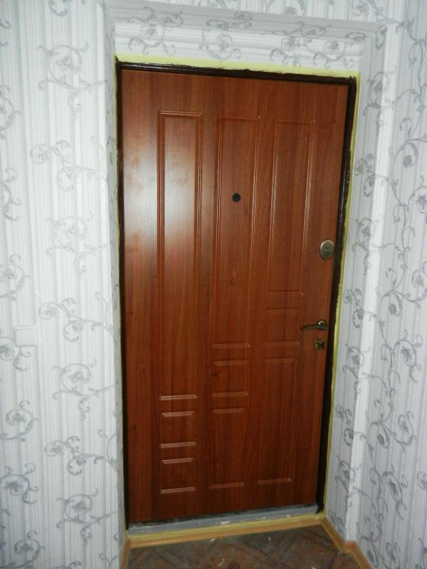 Обшивка металлических дверей МДФ уже произведена